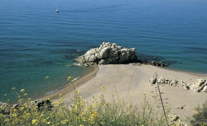 Playa De Les Roques Mejores Playas Cerca De Barcelona